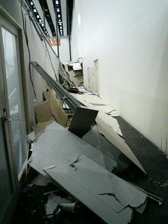 東北地方太平洋沖地震 天井材が崩落した勤務先事務所が面する通路