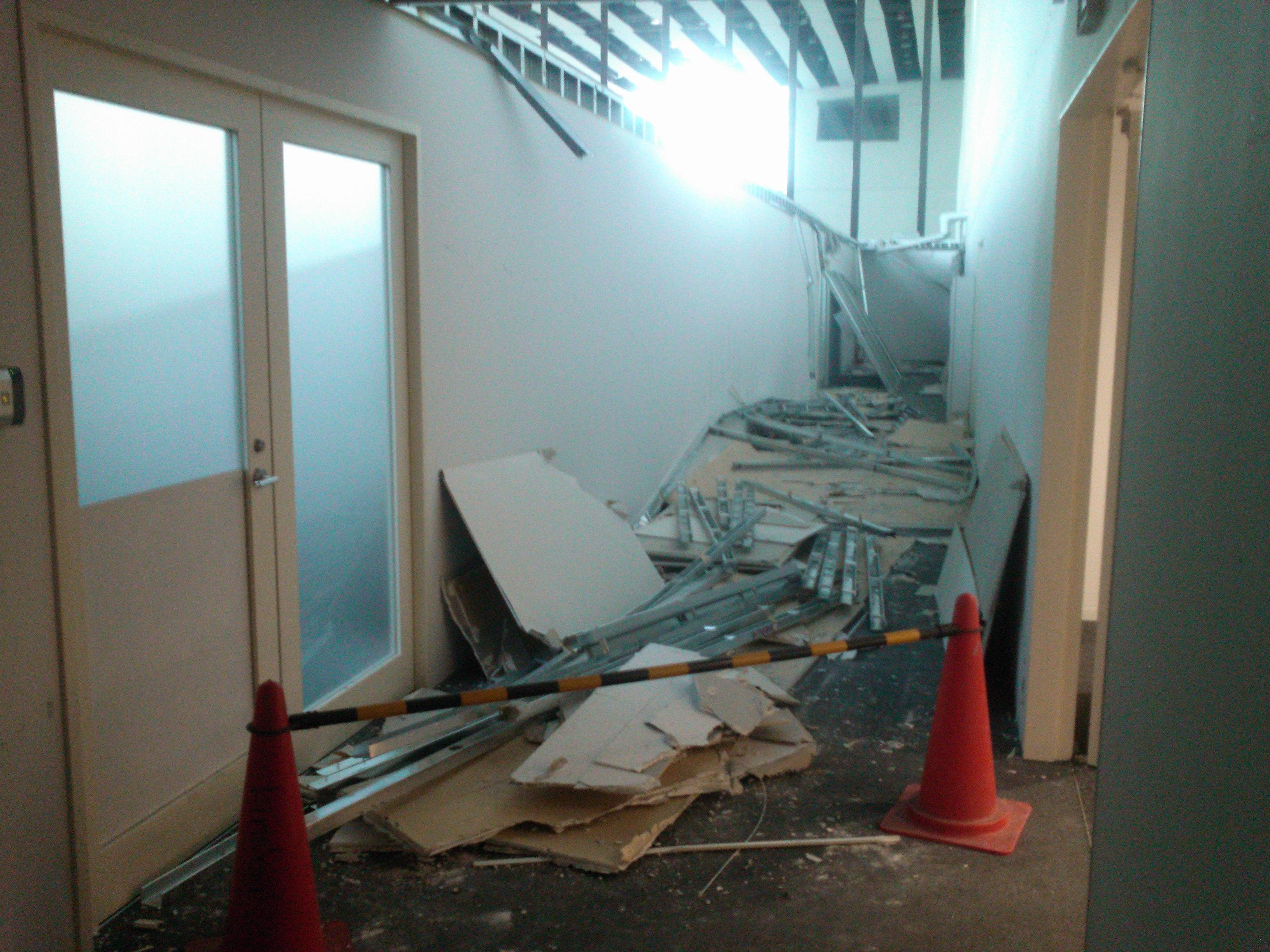 東北地方太平洋沖地震 少しだけ片付いた勤務先事務所が面する通路