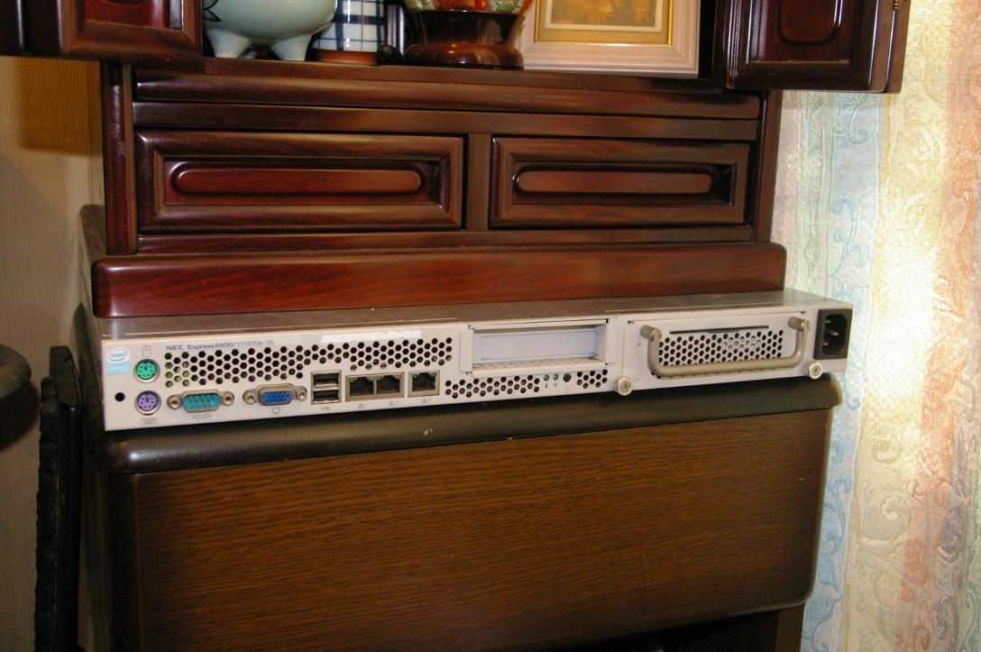 仏壇の下に置かれたラックマウントサーバ Express5800/i110Ra-1h